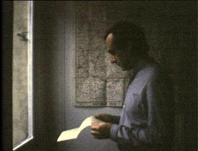Jeune femme à sa fenêtre lisant une lettre